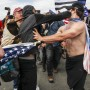 Anhänger und Gegner von Donald Trump prügeln sich an Huntington Beach