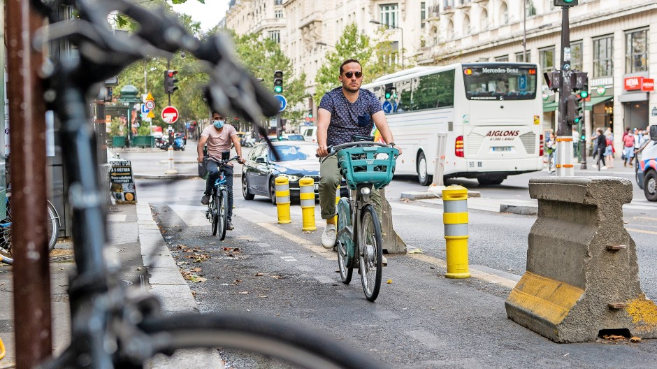 """Sie sollen sicherer unterwegs sein: Fahrradfahrer auf dem """"Boulevard des Italiens"""" in Paris."""