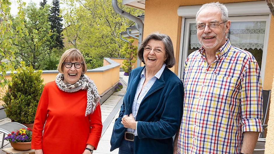Glückliche Singles: Renate Wahl, Sigrid Holtorf-Hauptmann und Gerhard Weißenberg (von links) bilden eine Wohngemeinschaft im Gartenhaus.