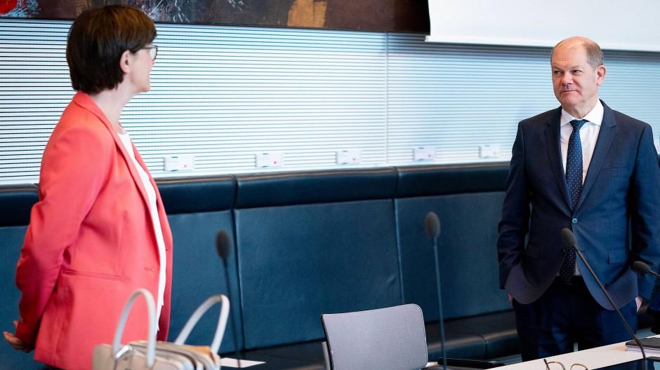 Der Vizekanzler und seine Parteivorsitzende: Olaf Scholz und Saskia Esken im März bei einer Fraktionssitzung der SPD im Bundestag.