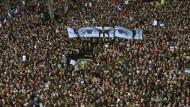 """Paris schaut zurück: Die demonstrierende Menge trägt das Antlitz von """"Charb"""" - ein Einfall des Künstler JR."""