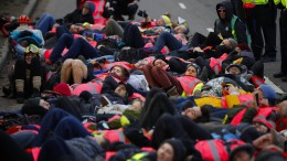 Klimaschützer blockieren Flughafen Heathrow