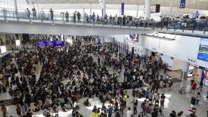 Hunderte protestieren im Flughafen von Hongkong