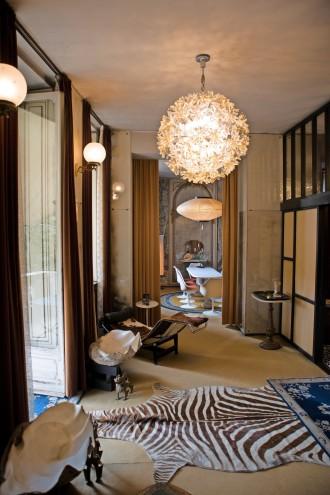 Muschel und Zebra: In den Zimmerfluchten treffen Design-Klassiker wie die Le-Corbusier-Liege auf Tierisches.