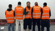 """Fünf Islamisten wollten 2014 als """"Scharia-Polizei"""" in Wuppertal strenge muslimische Lebensregeln propagieren."""