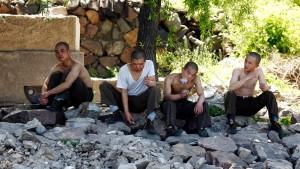 Selbst Grenzsoldaten hoffen auf Almosen von drüben