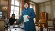Regula Rytz, Präsidentin der Grünen Partei, wirft ihren Wahlzettel in eine Wahlurne.