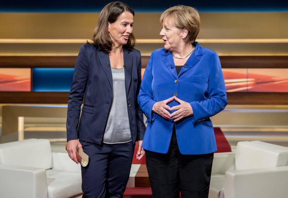 So war das vor fünfeinhalb Jahren. Die Raute stimmt. Angela Merkel und Anne Will im Oktober 2015.