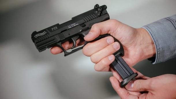 Immer mehr Deutsche tragen einen Kleinen Waffenschein
