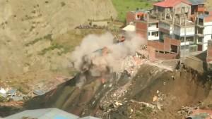 Erdrutsch reißt Häuser in die Tiefe