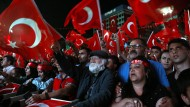 Vergangener Sonntag, 15.07.2018, in Ankara: Menschen schwenken türkische Fahnen bei einer Gedenkveranstaltung zum zweiten Jahrestag des Putschversuchs.