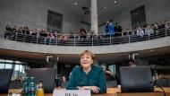 Lächeln ist Pflicht: Bundeskanzlerin Angela Merkel (CDU) vor dem Abgas-Untersuchungsausschuss