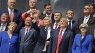 Die Teilnehmer des Nato-Gipfels sehen eine Flugshow.