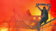 Kölner Fans zünden bengalisches Feuer (Archivbild aus dem Jahr 2012)
