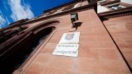 Am Landgericht Darmstadt muss sich der Facharzt wegen gewerbsmäßigen Betruges verantworten.