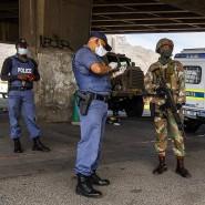 In Kapstadt: Polizei und Militär kontrollieren mit Mundschutz.