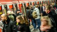 Zur Hauptverkehrszeit sind die S-Bahnen in München heillos überfüllt.