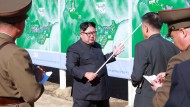 Nordkoreas Machthaber Kim Jong-un gibt Instruktionen.