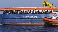 Ein Boot der Küstenwache bringt am Sonntag Nahrung und Decken.
