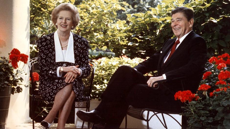 Magaret Thatcher und Ronald Reagan – diese zwei haben den Neoliberalismus voran getrieben.