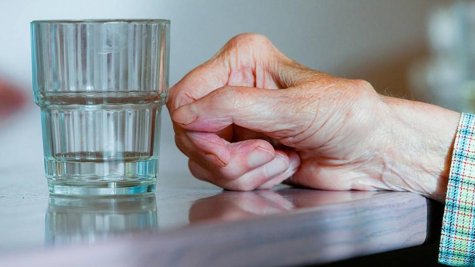 Wassermangel: Einem alten Menschen nicht genug zu trinken zu geben kann eine Form von Gewalt sein.