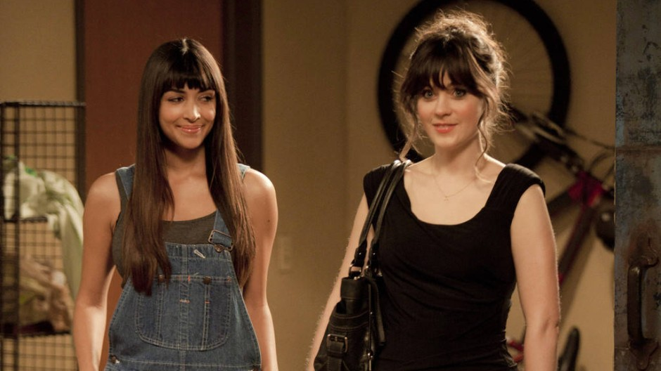 Jess (Zooey Deschanel, rechts) macht sich ausgehfertig. Freundin Cece (Hannah Simone) bleibt in Zivil.