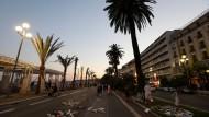 Trauer an der Strandpromenade von Nizza