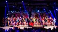Hoch das Bein: Bei ihren akrobatischen Tanzeinlagen gibt die Frankfurter Garde auf der Bühne des Narrenzeltes ihr Bestes.