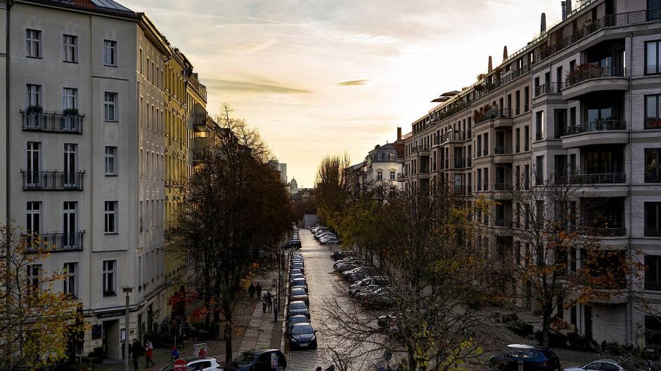 Wegweisende Antwort gesucht: Wie wird solch eine charmante Straße ganz nüchtern mit Ladestrom versorgt?