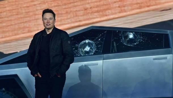 Zerstörte Scheiben schrecken die Tesla-Fans nicht