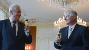 Zeman beauftragt Rusnok mit Regierungsbildung