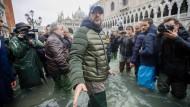 Lega-Chef Matteo Salvini hat bei seinem Besuch in Venedig eindringlich dafür geworben, die Hochwasserschutzmaßnahmen zu verbessern.