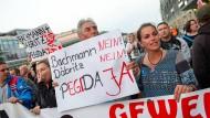 Der Holländer Edwin Wagensveld (mit Plakat) und Tatjana Festerling demonstrieren gegen Lutz Bachmann.