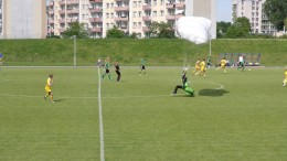 Fallschirmspringer stört laufendes Fußballspiel