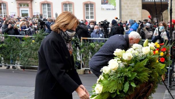Ministerpräsidentin Dreyer legt Blumenkranz in Trier nieder