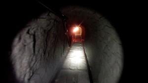 Drogenfahnder entdecken Schmuggeltunnel mit Gleisen