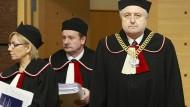 Im Clinch mit der Regierung: Andrzej Rzeplinski (rechts), der Präsident des polnischen Verfassungsgerichts und Kollegen