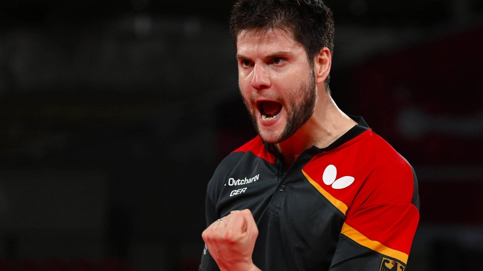 Dimitrij Ovtcharov jubelt während des Mannschafts-Halbfinals im Tischtennis zwischen Deutschland und Japan.