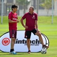 Eintracht-Strategen von gestern und heute unter sich: Uwe Bein (rechts) im Gespräch mit Makoto Hasebe