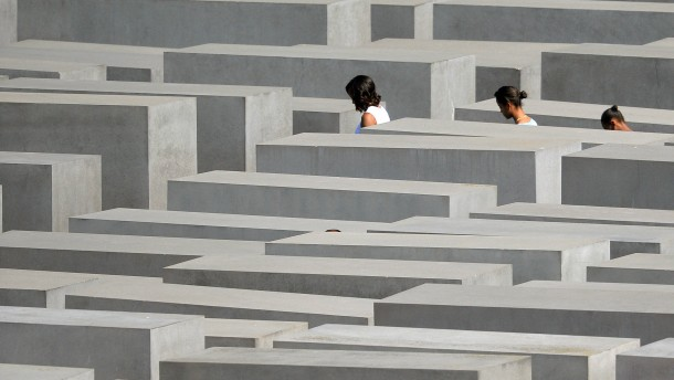 First Lady besucht Holocaust-Mahnmal und Mauer-Gedenkstätte