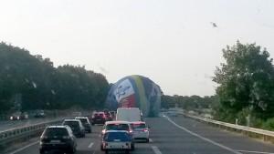 Heißluftballon muss auf Autobahn landen