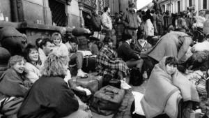 Flüchtlinge stehen dicht gedrängt die Vlaska-Gasse entlang