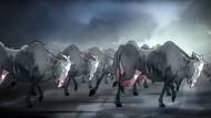 Kühe wie Soldaten – mit diesem Werbespot provoziert Katjes die Bauern.