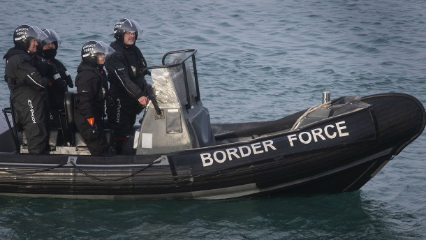 London verlegt zwei Schiffe in den Ärmelkanal