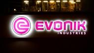 Das Evonik-Logo an einem Werk in Bitterfeld