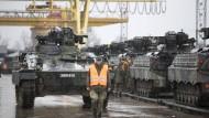 Schützenpanzer des Typs Marder kommen am 24.02.2017 am Bahnhof in Sestokai (Litauen) an.