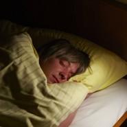 Schlafeskapismus ist verlockend aber gefährlich: Wer zu lang schläft riskiert mentalen Leistungsabfall.