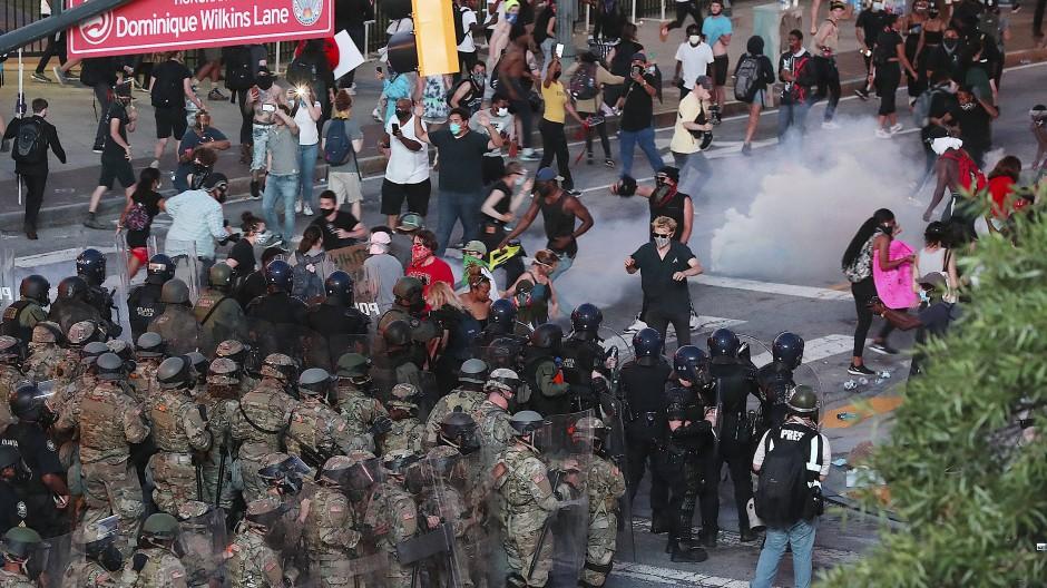 Polizisten und Nationalgardisten feuern Tränengas und marschieren auf Protestierende in Atlanta zu, 2. Juni 2020.