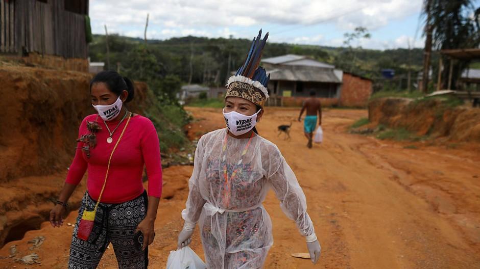 In den indigenen Siedlungen in der Nähe der brasilinaischen Amazonas-Metropole Manaus ist das Virus bereits angekommen.