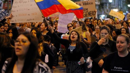 Tausende Frauen demonstrieren in Ecuador gegen Gewalt